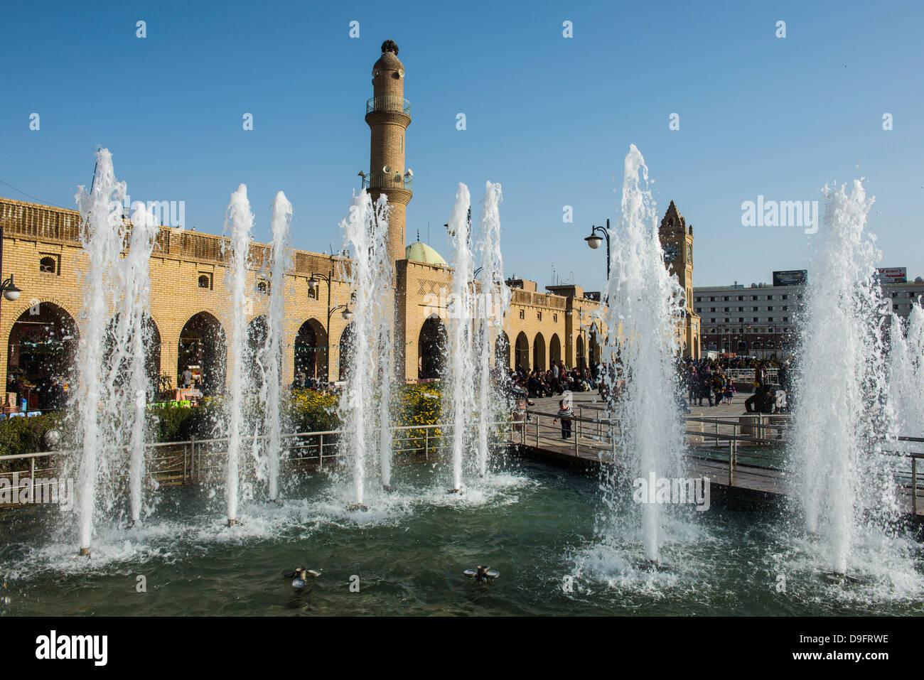 Enorme plaza con fuentes de agua debajo de la ciudadela de Erbil (Hawler), capital de Irak, Kurdistán, Iraq, Oriente Medio Foto de stock