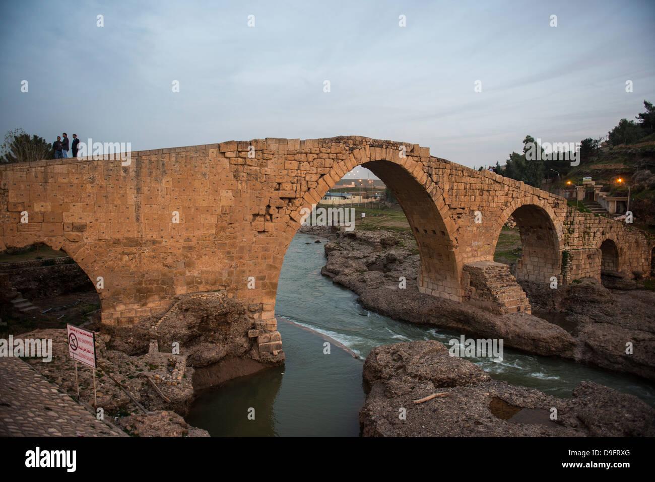 El Dalai puente desde la época de los Abásidas en Zakho, en la frontera de Turquía, Kurdistán Imagen De Stock