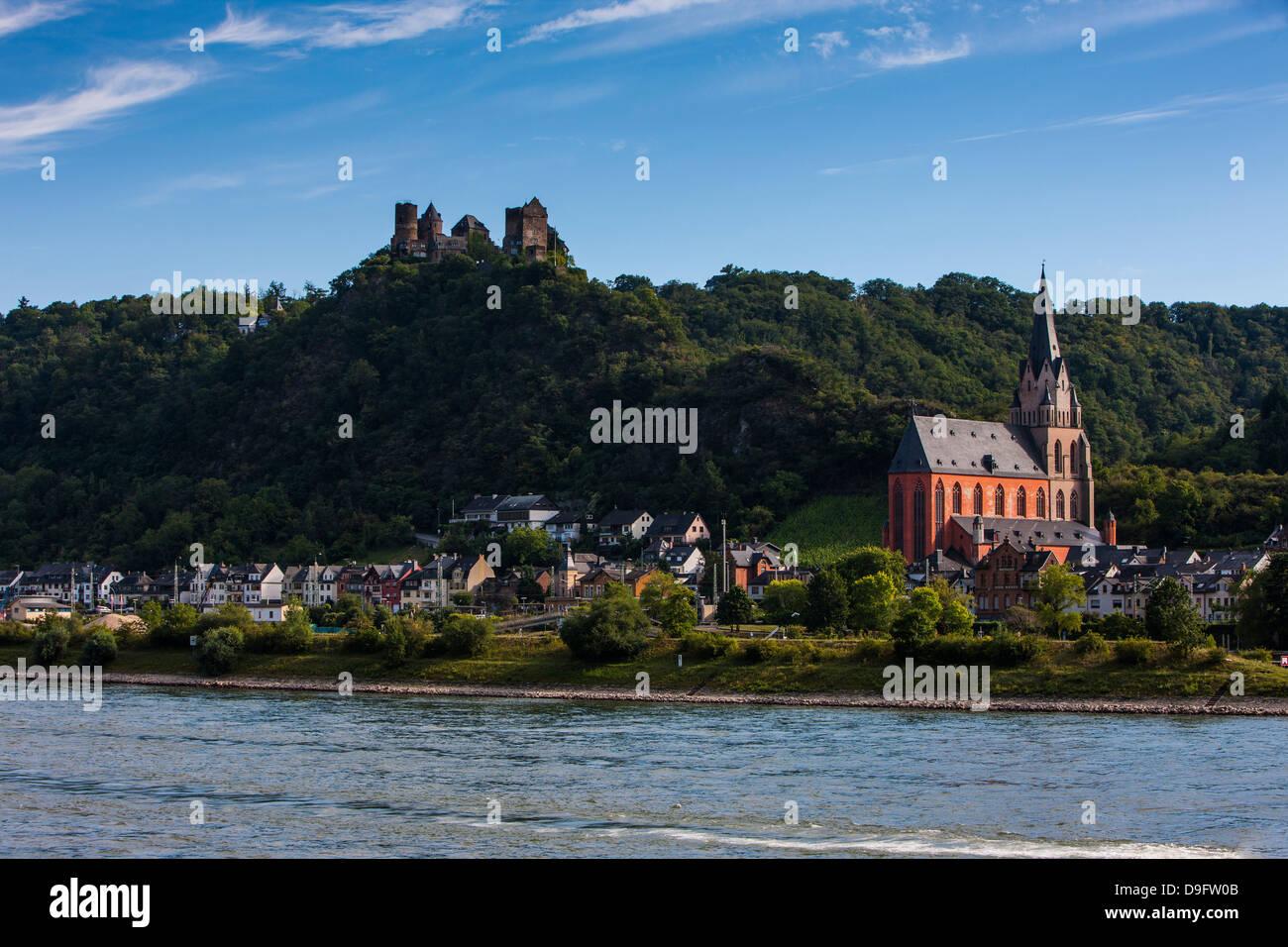 Castillo Stahleck por encima de la aldea de Bacharach en el valle del Rin, Renania-Palatinado, Alemania Imagen De Stock