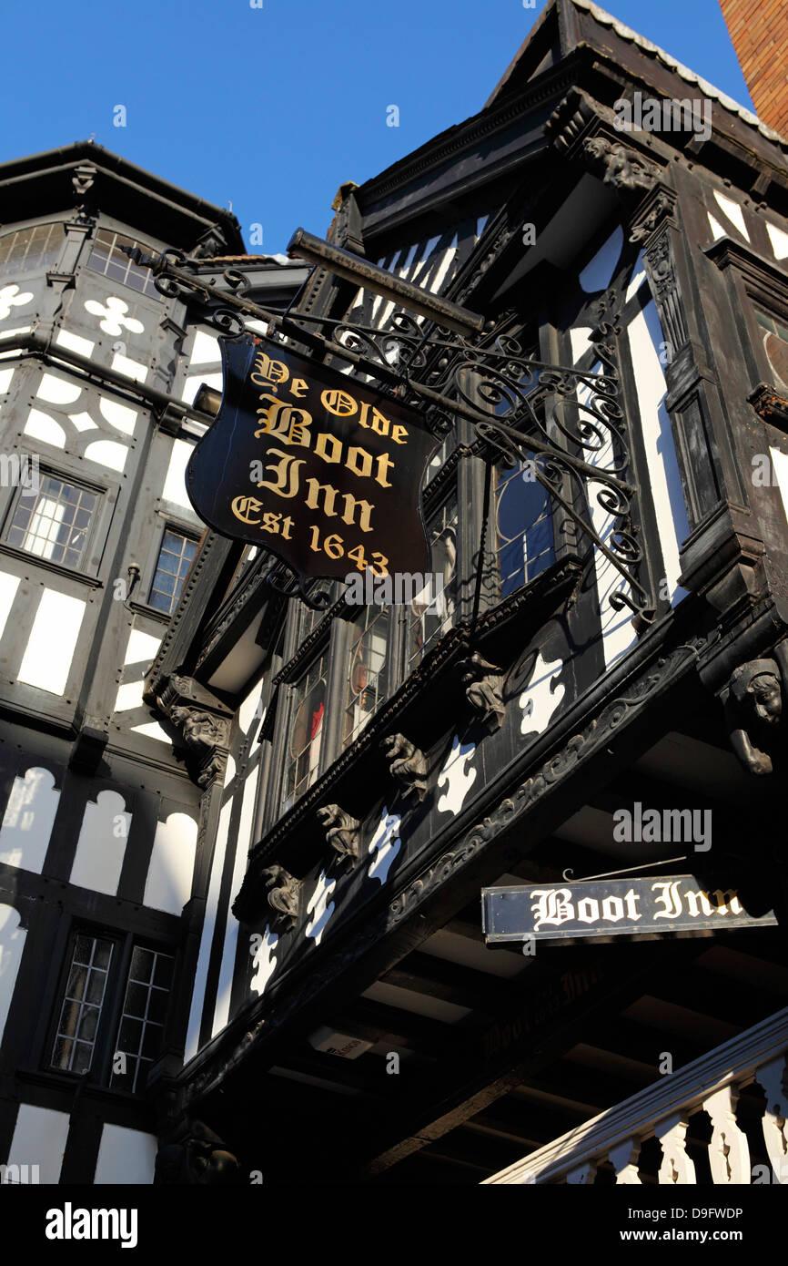 La fachada de entramados de arranque Ye Olde Inn, que data de 1643, un tradicional pub británico, en Chester, Imagen De Stock