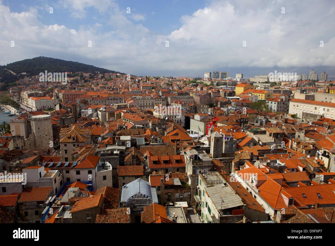 Vista desde el Campanile de la catedral de san Domnio, dividir la costa Dálmata, Croacia Foto de stock