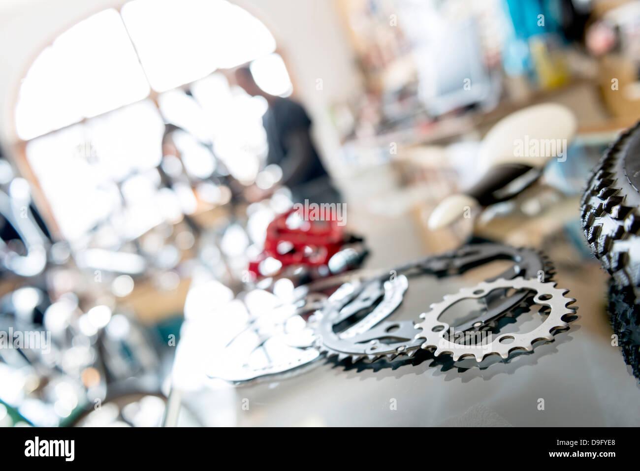Mecánico de bicicletas en el trabajo en la tienda de bicicletas Foto de stock