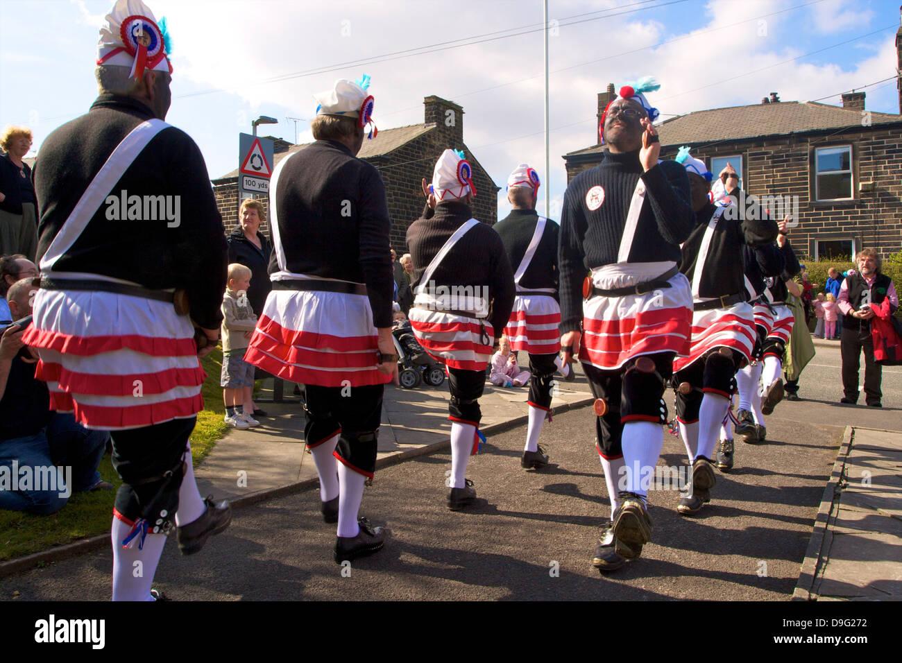 Bailarines de coco Tradicional Procesión de Sábado Santo, Bacup, Lancashire, Inglaterra, Reino Unido. Imagen De Stock
