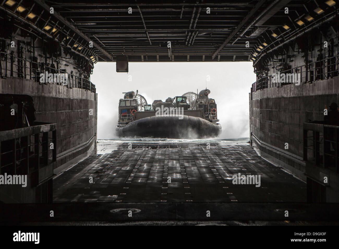 Marzo 9, 2013 - La Marina de EE.UU. Desembarco de cojín de aire entra en la cubierta del USS Green Bay (LPD 20) en el Mar Arábigo. Foto de stock