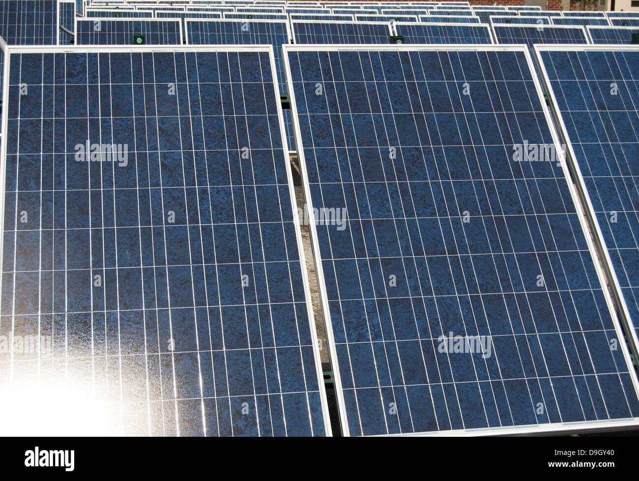 Paneles solares en la luz del sol Imagen De Stock