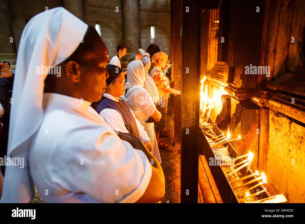 Las personas en la iglesia del Santo Sepulcro en la ciudad vieja de Jerusalén, Israel. Imagen De Stock