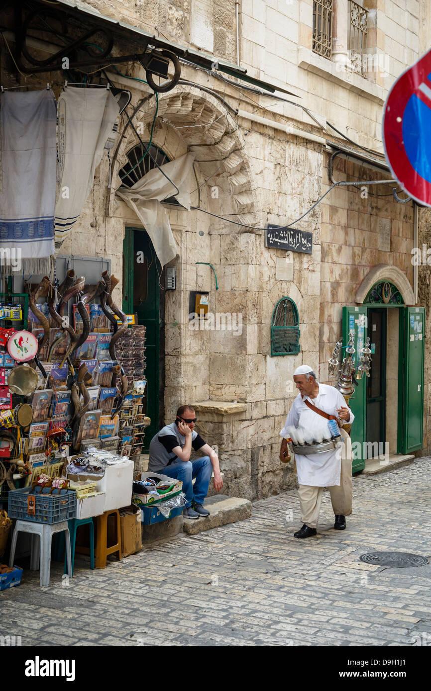 Vendedor de agua tradicional en el casco antiguo de la ciudad, Jerusalén, Israel. Imagen De Stock
