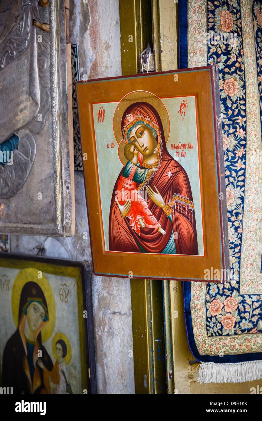 Los iconos religiosos souvenirs en la ciudad vieja de Jerusalén, Israel. Imagen De Stock