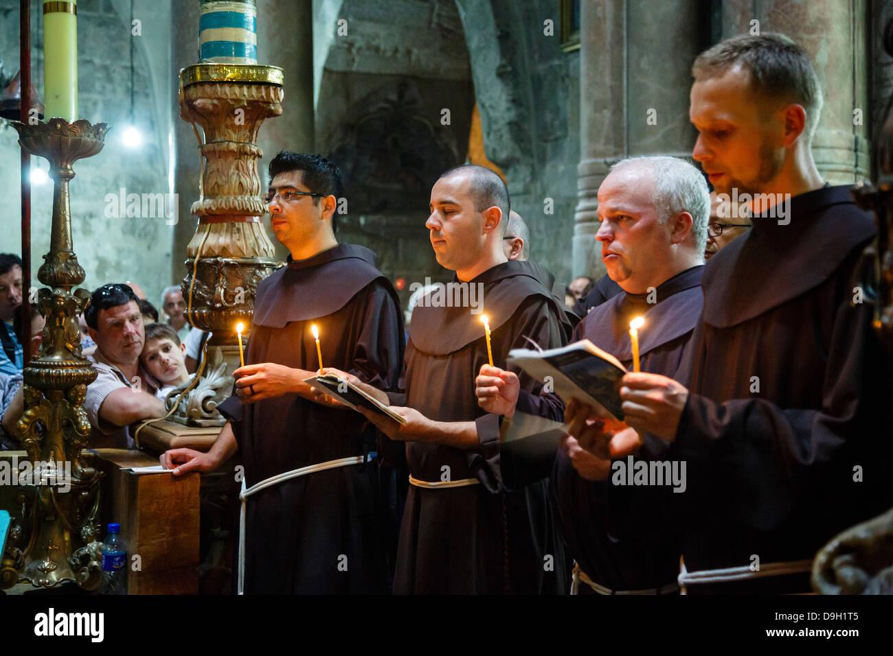 Los monjes franciscanos en la iglesia del Santo Sepulcro en la ciudad vieja de Jerusalén, Israel. Imagen De Stock