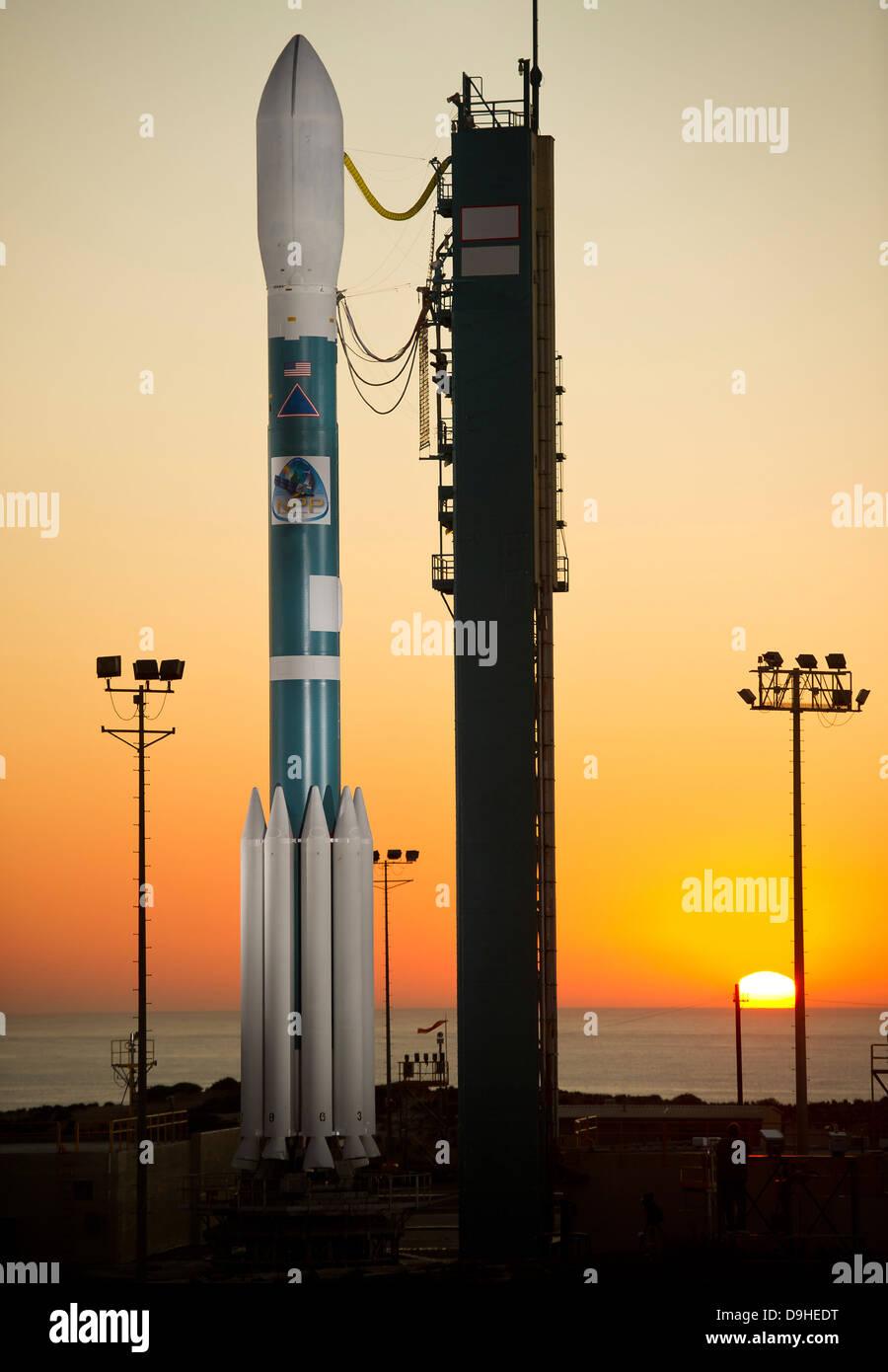 El cohete Delta II en su plataforma de lanzamiento. Imagen De Stock