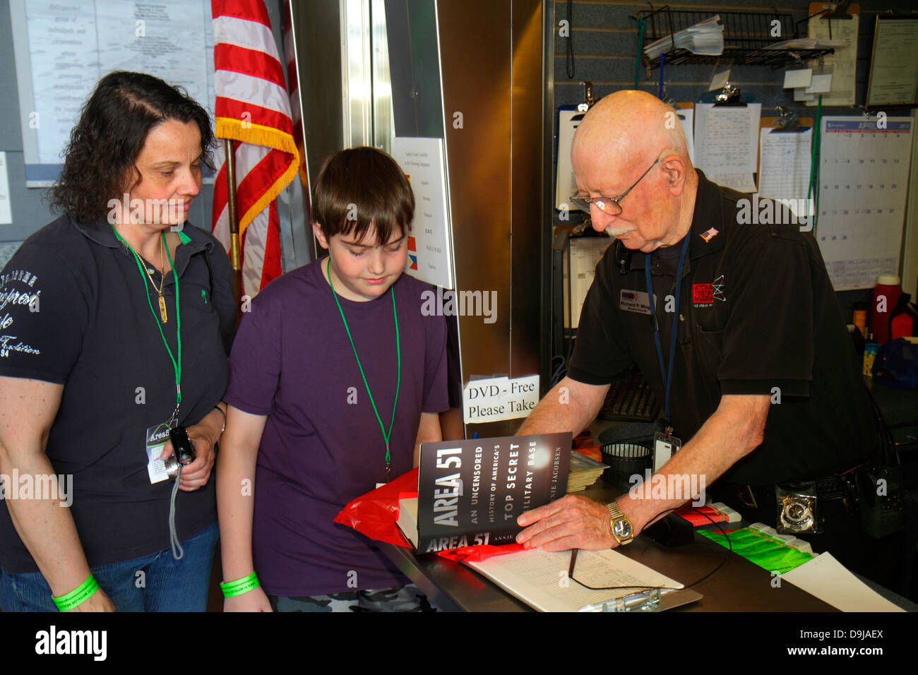 Nevada Las Vegas Flamingo Road National Atomic Testing Museum el desarrollo de armas nucleares boy hijo madre hombre Imagen De Stock