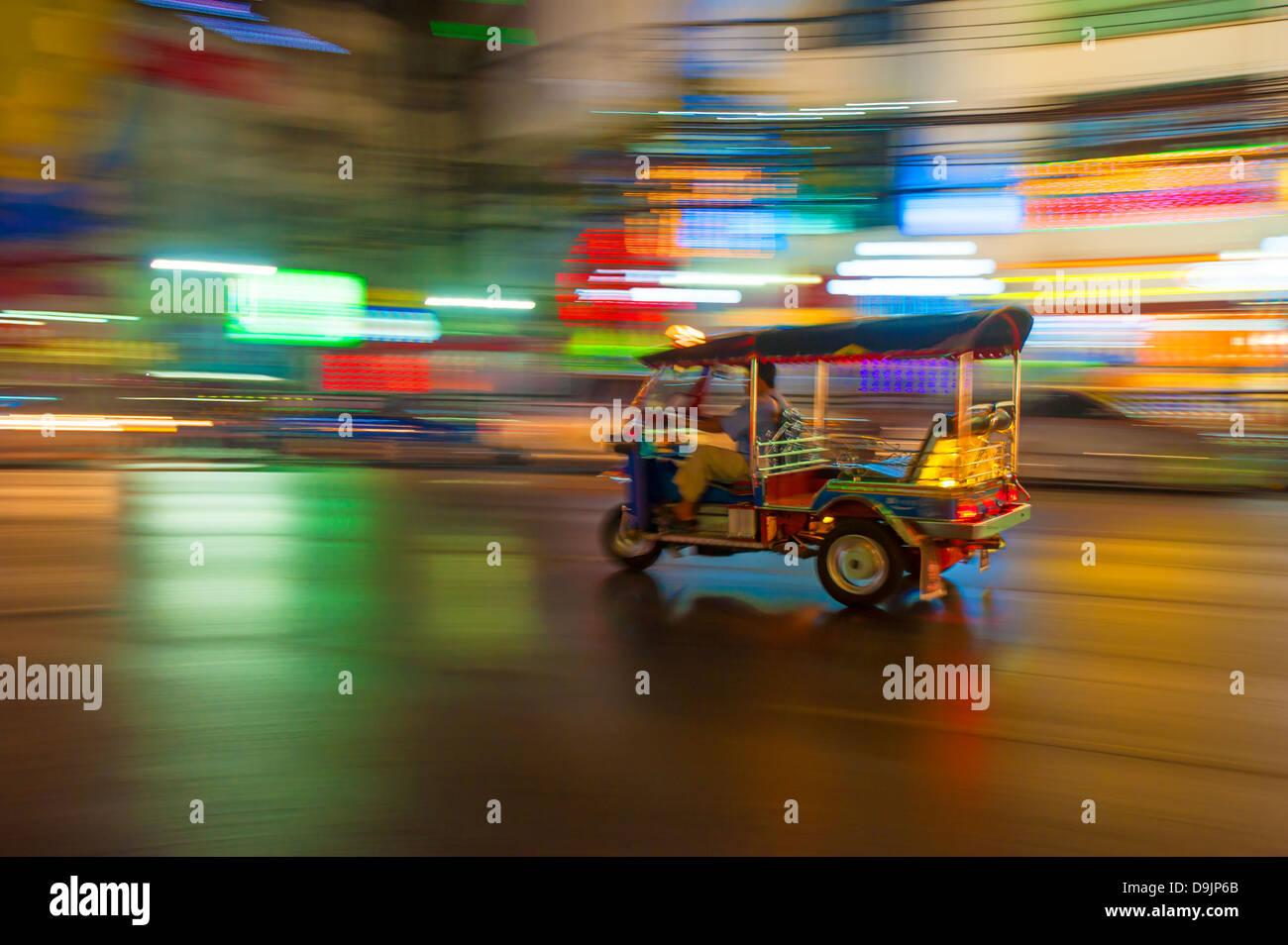 Tuk-tuk en el desenfoque de movimiento, Bangkok, Tailandia Imagen De Stock