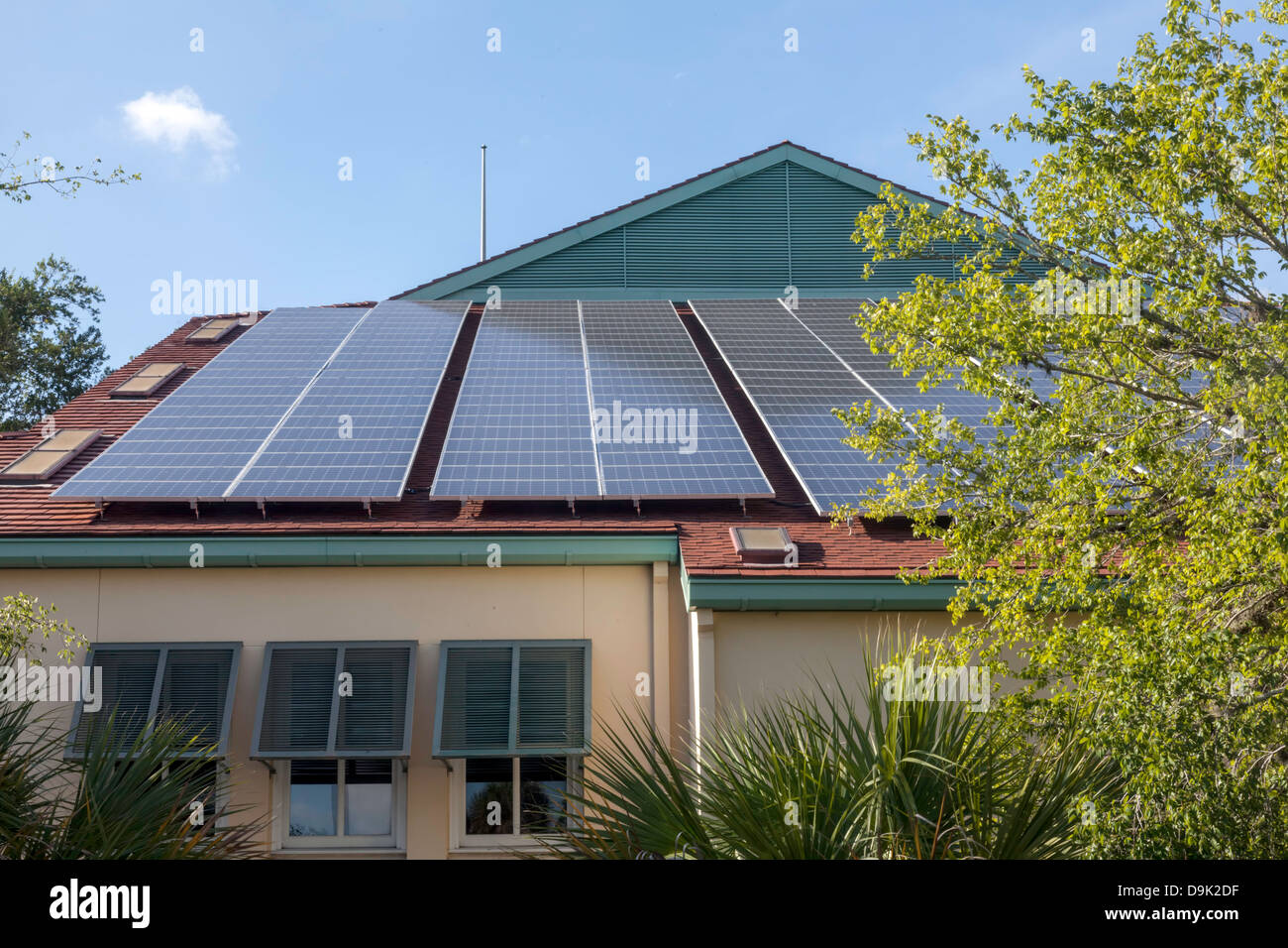 Paneles solares en el techo de la rama principal de la Biblioteca del Condado de Alachua en Gainesville, la Florida. Imagen De Stock