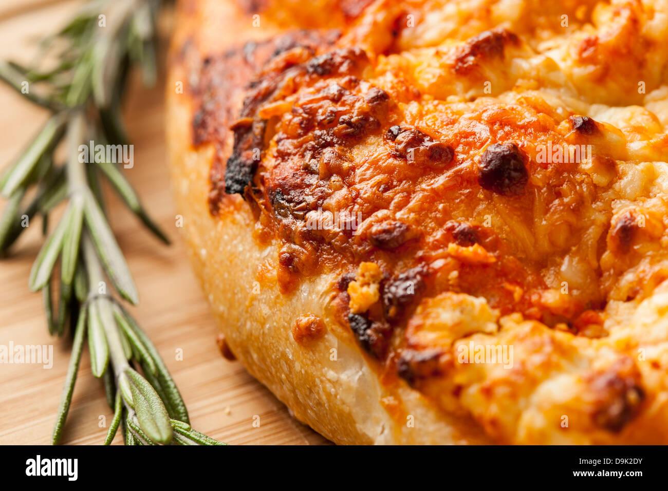 Casero italiano fresco pan de focaccia con romero Imagen De Stock