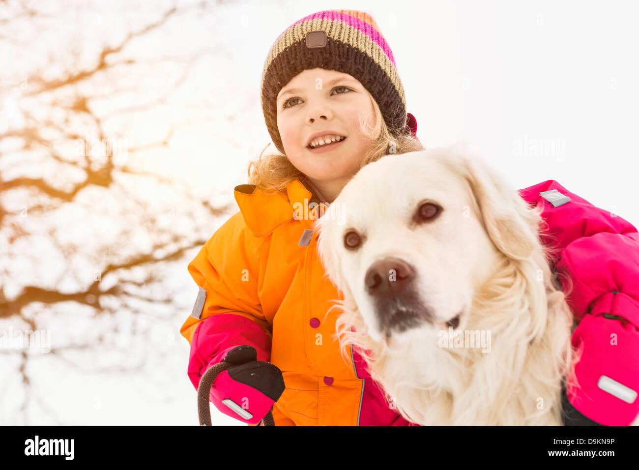 Chica con brazo alrededor de perro Imagen De Stock
