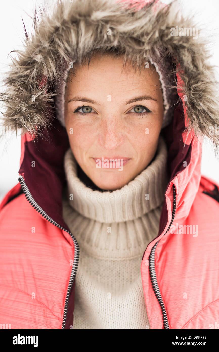 Retrato de mujer vistiendo de esquí Rosa chaqueta con capucha Imagen De Stock