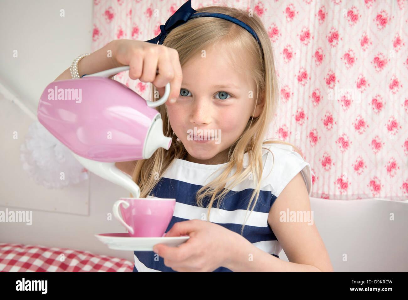 Retrato de muchacha vertiendo té en caravana Imagen De Stock