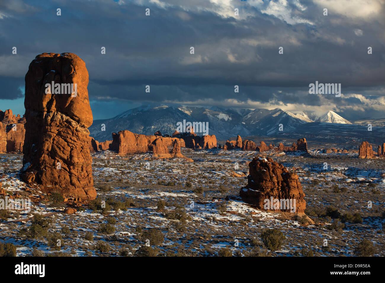 Sección de Windows con las montañas La Sal más allá, Parque Nacional Arches, en Utah, EE.UU. Imagen De Stock
