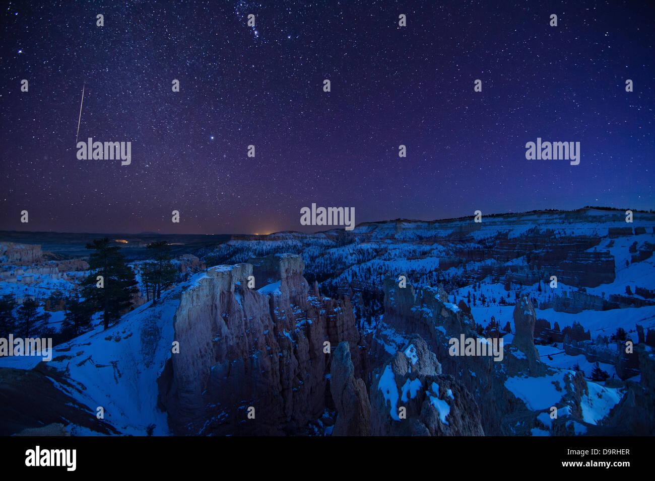 Una estrella fugaz en el cielo de la noche en el Anfiteatro, Bryce Canyon, Utah, EE.UU. Foto de stock