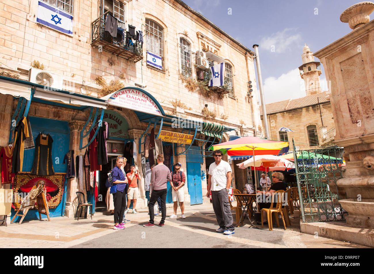 Israel Jerusalén Ciudad Vieja calle típica escena la fuente Bazar Dajani  ropa joyería tienda Imagen De 198be97a9fb