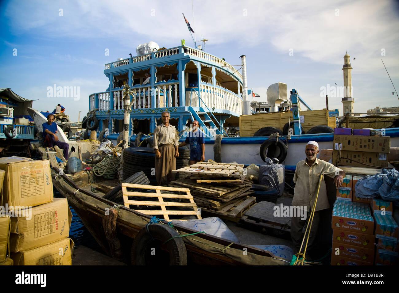 El dhow muelles, en el lado de Diera de Dubai Creek, forrado con embarcaciones de carga y descarga de mercancías Foto de stock