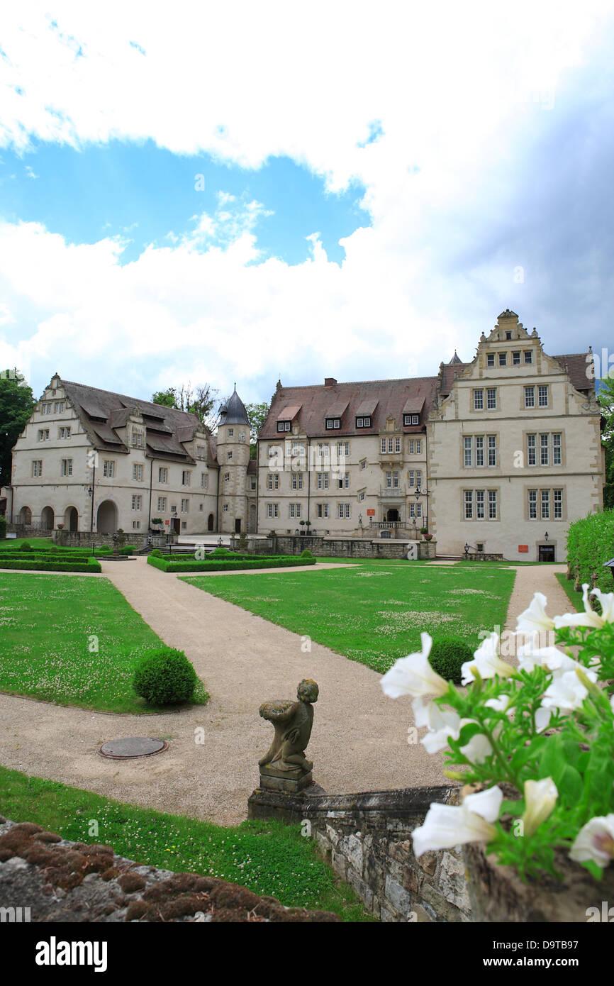 Jardín y parque de lujo 5 estrellas hotel castillo Schlosshotel Münchhausen Aerzen, cerca de Hameln, Baja Sajonia, Alemania, Europa Foto de stock