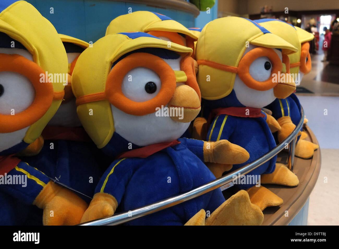 Corea del Sur: Pororo merchandising en la tienda de juguetes en el parque de atracciones Everland Foto de stock