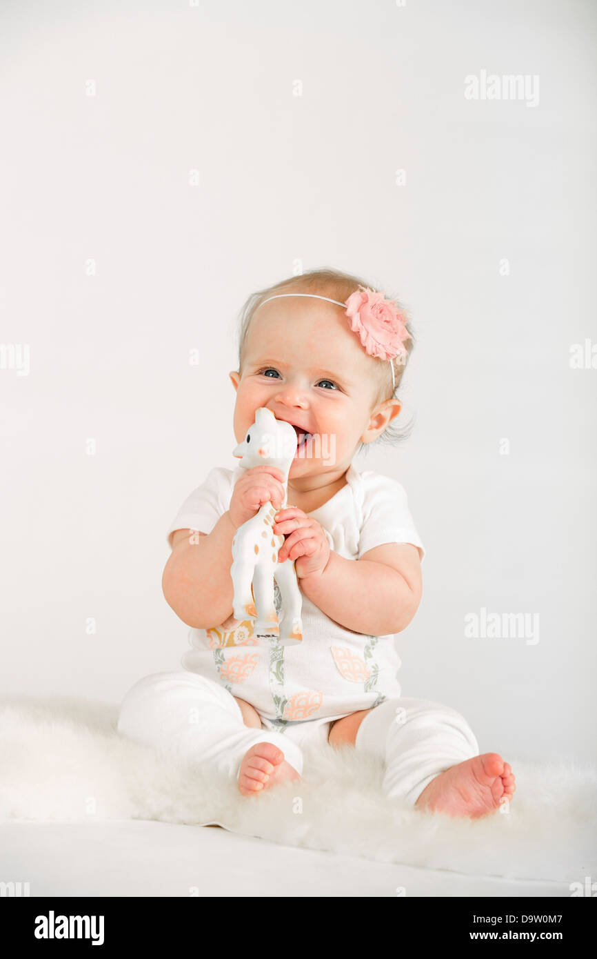 Foto de estudio de chica (2-5 meses) sobre fondo blanco. Foto de stock