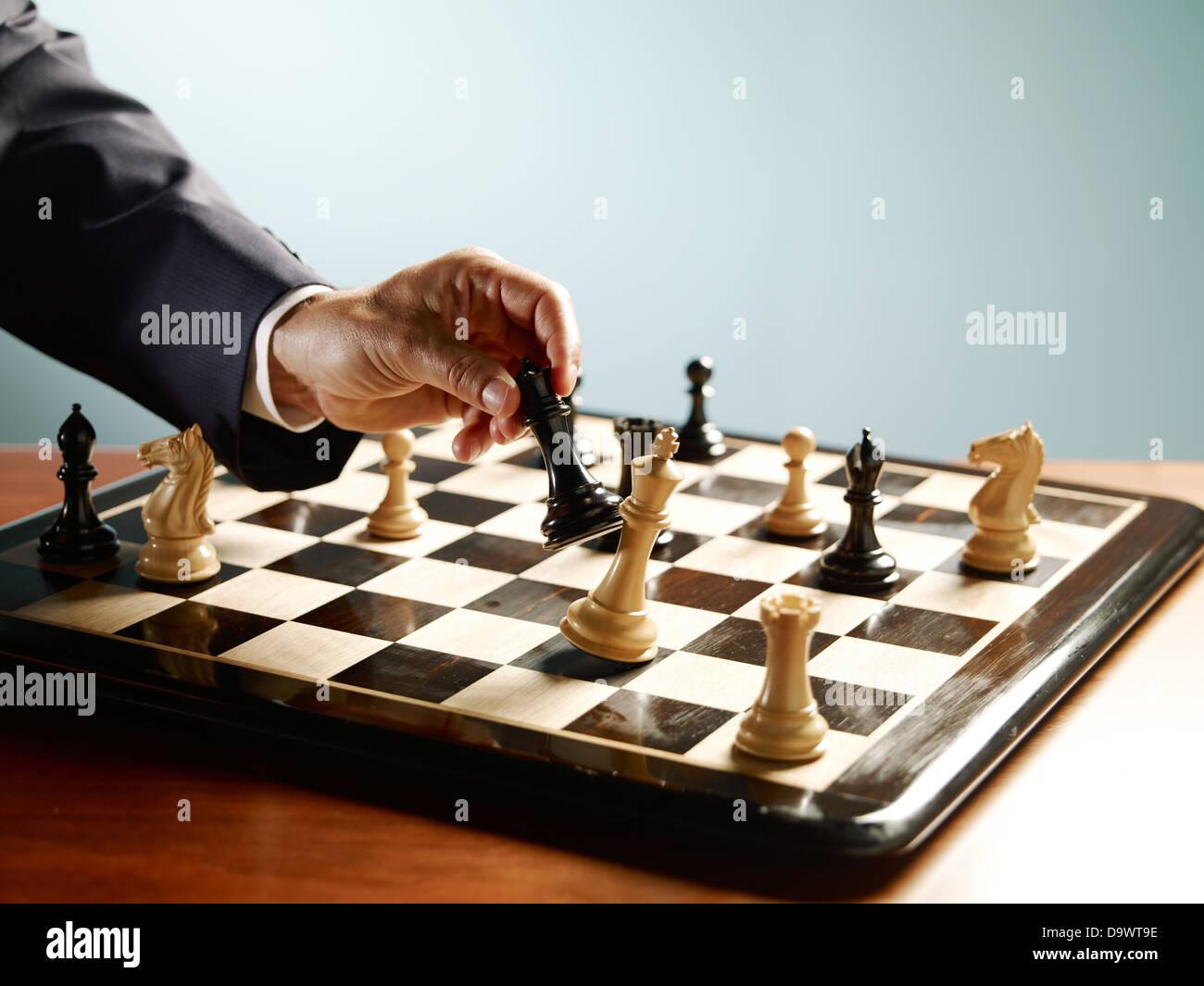 Hombre jugando ajedrez Foto de stock