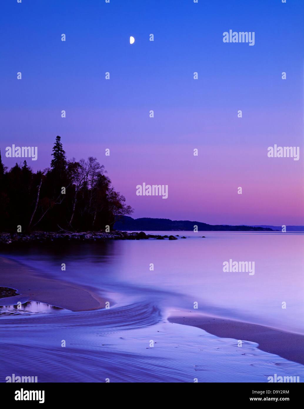 Cuarto de luna descendente con el atardecer sobre el Lago Superior ...