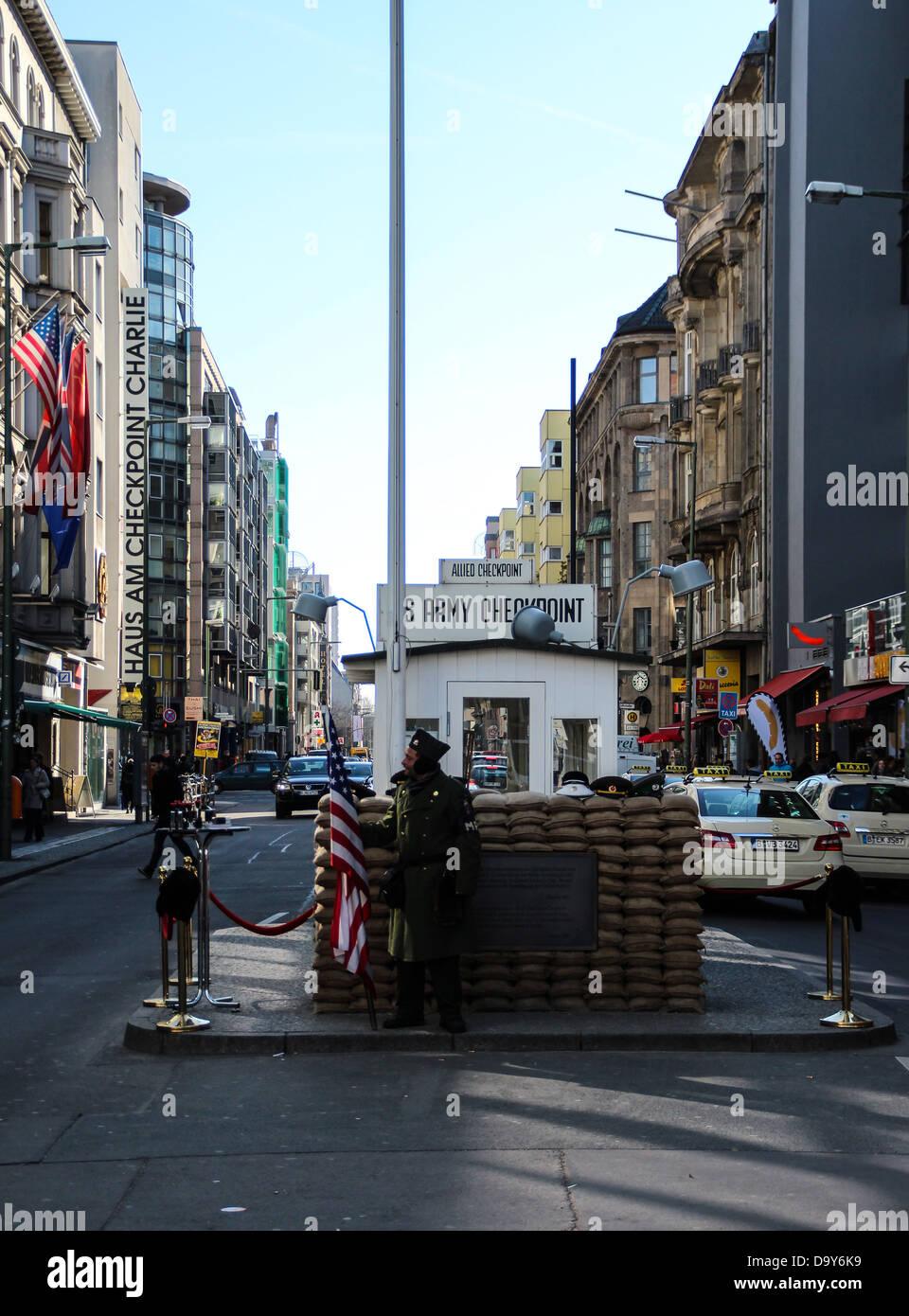 Vista de Checkpoint Charlie, pasando por el muro de Berlín, el muro que separaba Berlín occidental (EE.UU) Imagen De Stock