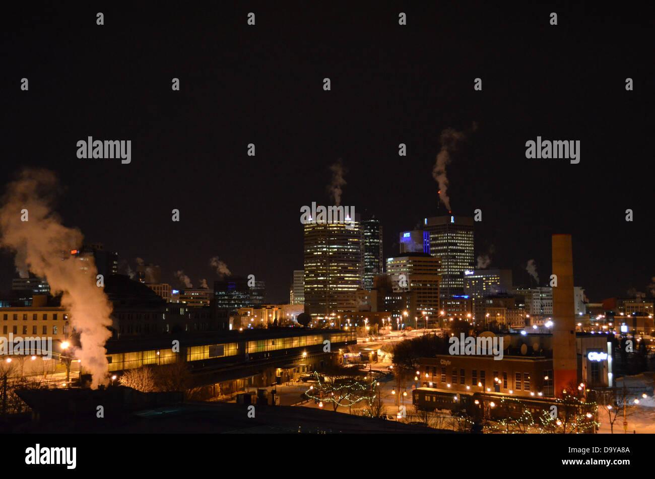 Centro de la ciudad de Winnipeg skyline como se ve desde la torre de Forks Market en invierno Foto de stock