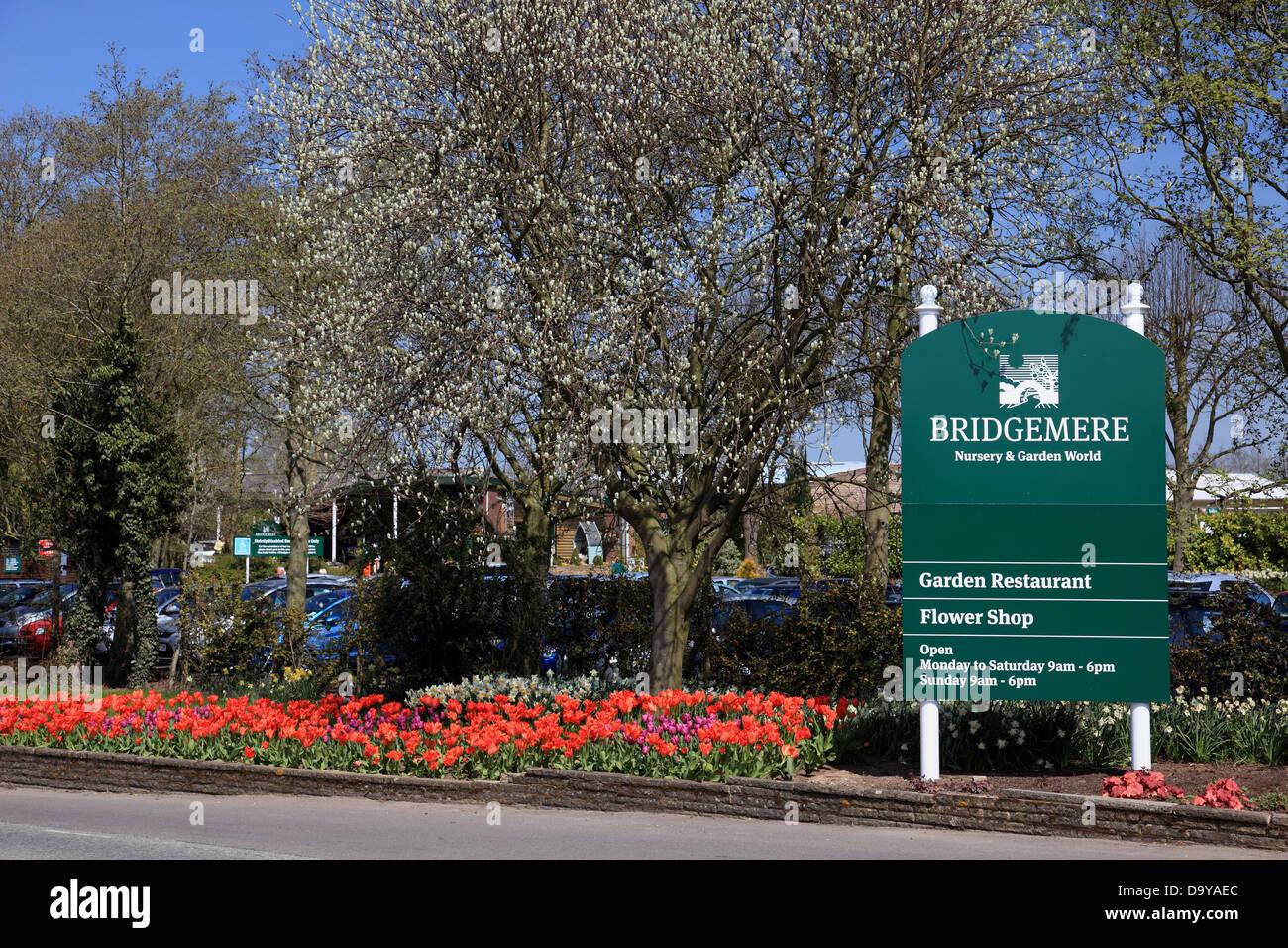 Entrada al jardín y guardería Bridgemere mundo que es el mayor centro de jardinería en Gran Bretaña Imagen De Stock