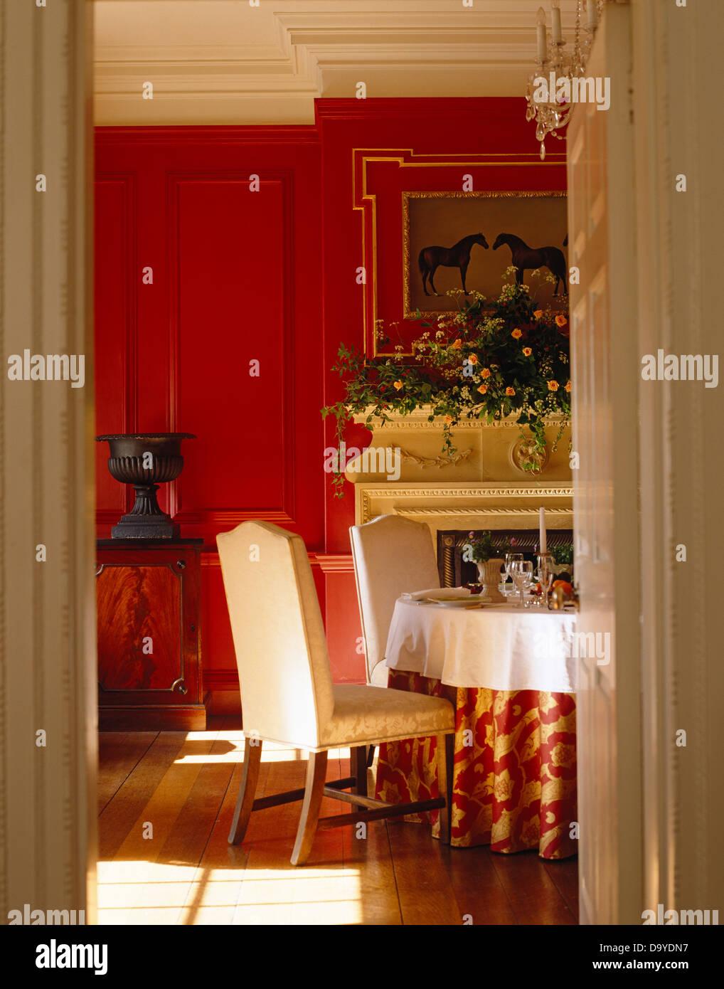 Rojo forradas de comedor con sillas tapizadas en la mesa con ...