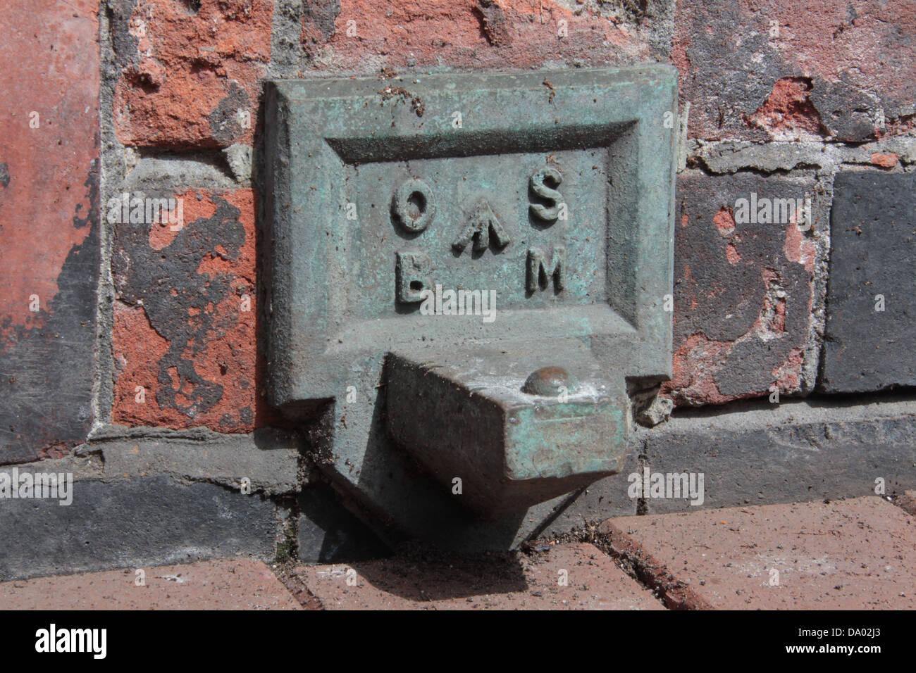 Marque el punto de la banqueta Ordnance Survey en bronce fundido y fijado en el enladrillado del antiguo ayuntamiento. Imagen De Stock