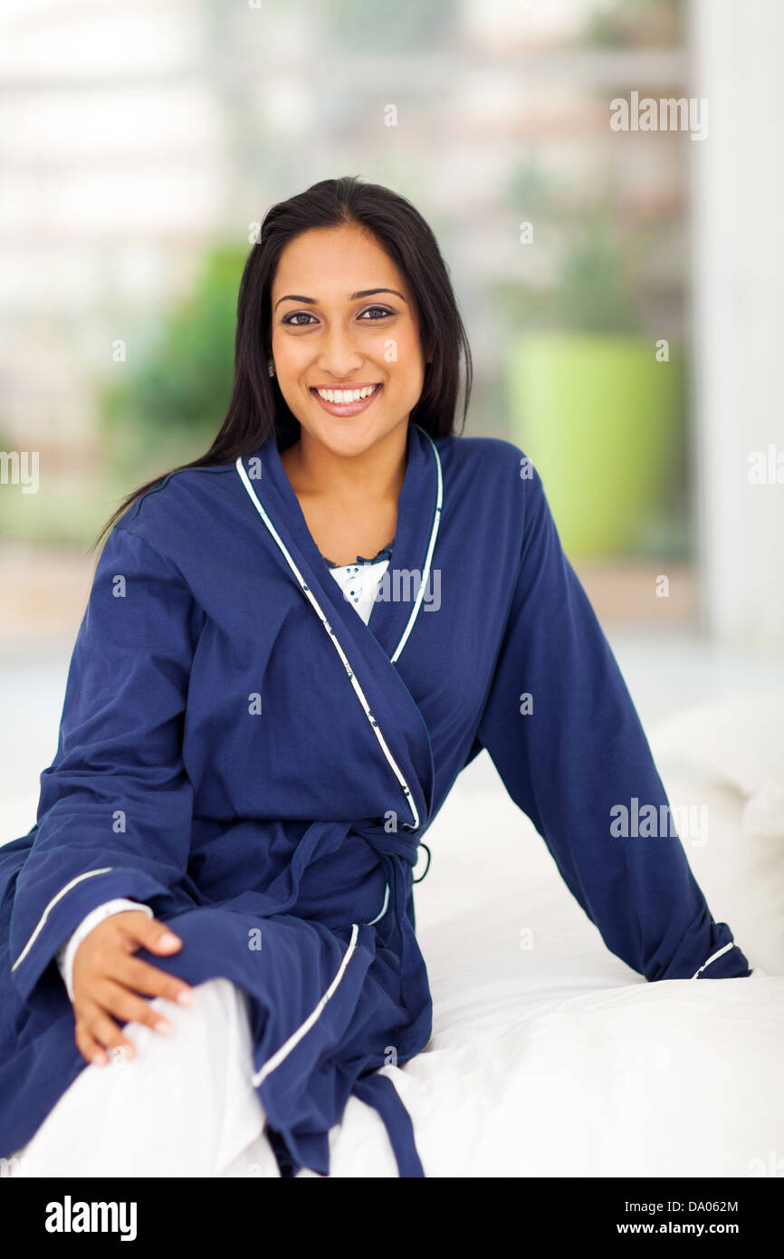 abbf3a12ce Retrato de joven mujer india en pijama sentada en la cama Imagen De Stock