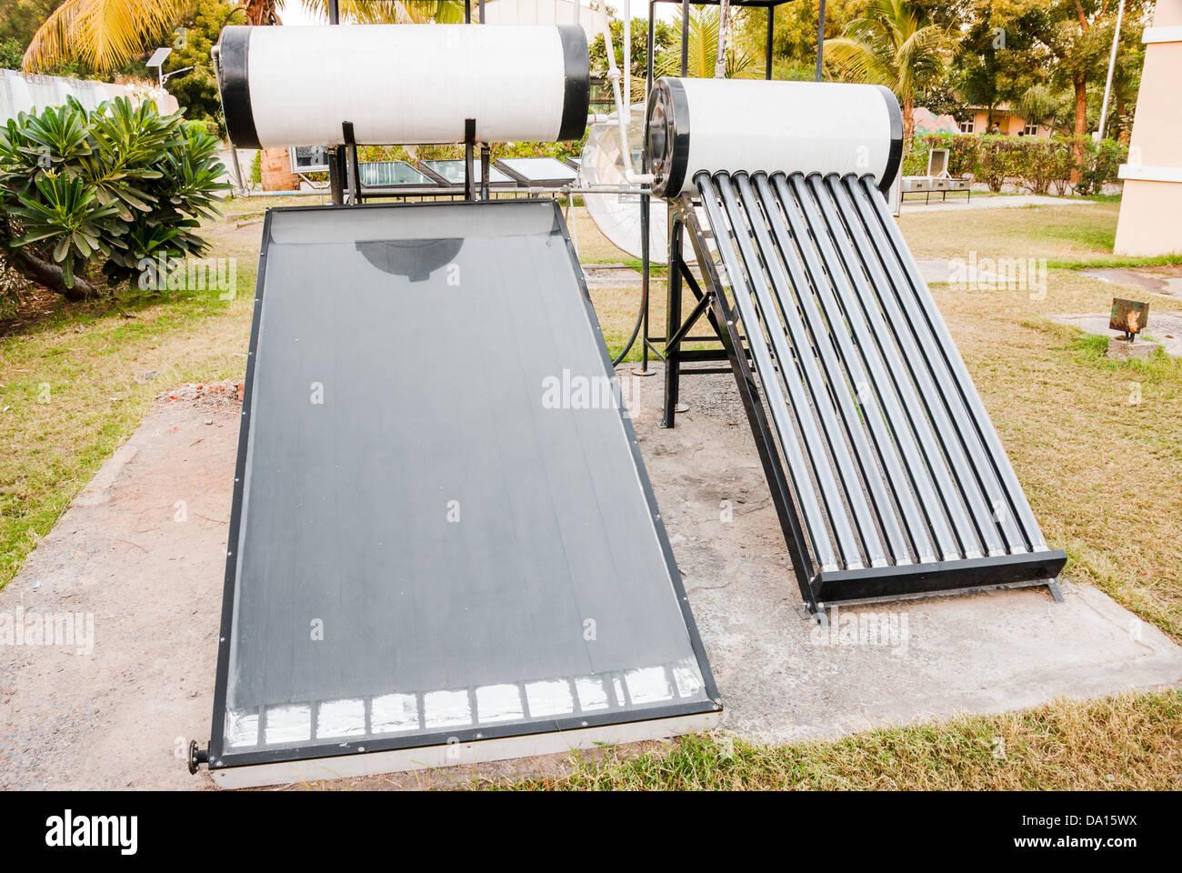 Calentadores solares de agua que utilizan energía solar. Símbolo de energía verde Imagen De Stock