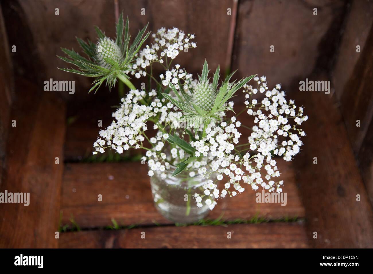 Simple Arreglo De Flores Blancas Y Verdes Cardos En Un