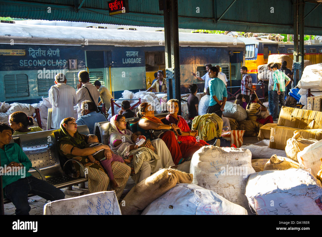Plataforma abarrotado en Chattrapati Shivaji o Victoria Terminus, Mumbai, India Imagen De Stock