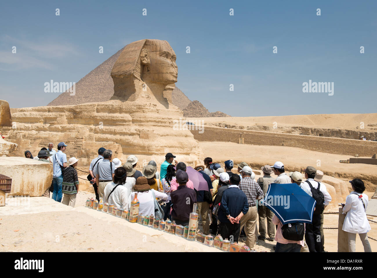 Famosa antigua estatua de la esfinge de Giza, en Egipto. Cada día las multitudes de turistas que visitan la Imagen De Stock