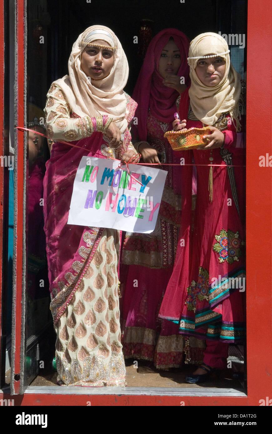 Sin dinero no hay miel , signo moderno parientes tease pago de dote de novio boda musulmana London UK HOMER SYKES Imagen De Stock