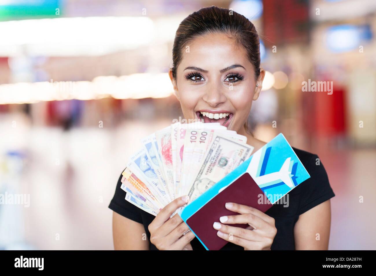 Feliz joven acaba de ganar un viaje al extranjero Imagen De Stock