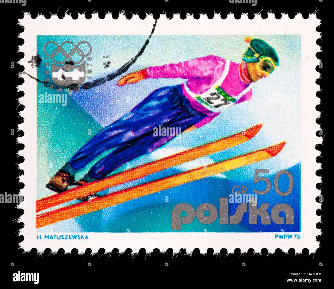 Sello de Polonia representa un puente de esquí. Imagen De Stock