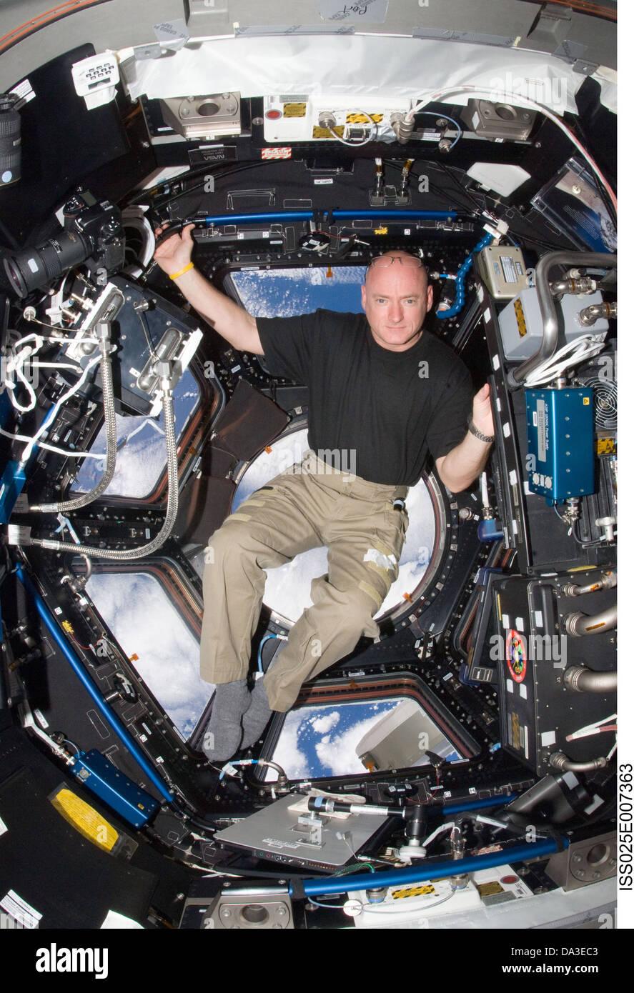 El espacio de la NASA, astronauta de la Estación Espacial Internacional el Comandante Scott Kelly, ingeniero de vuelo de la expedición 25 en la cúpula Foto de stock