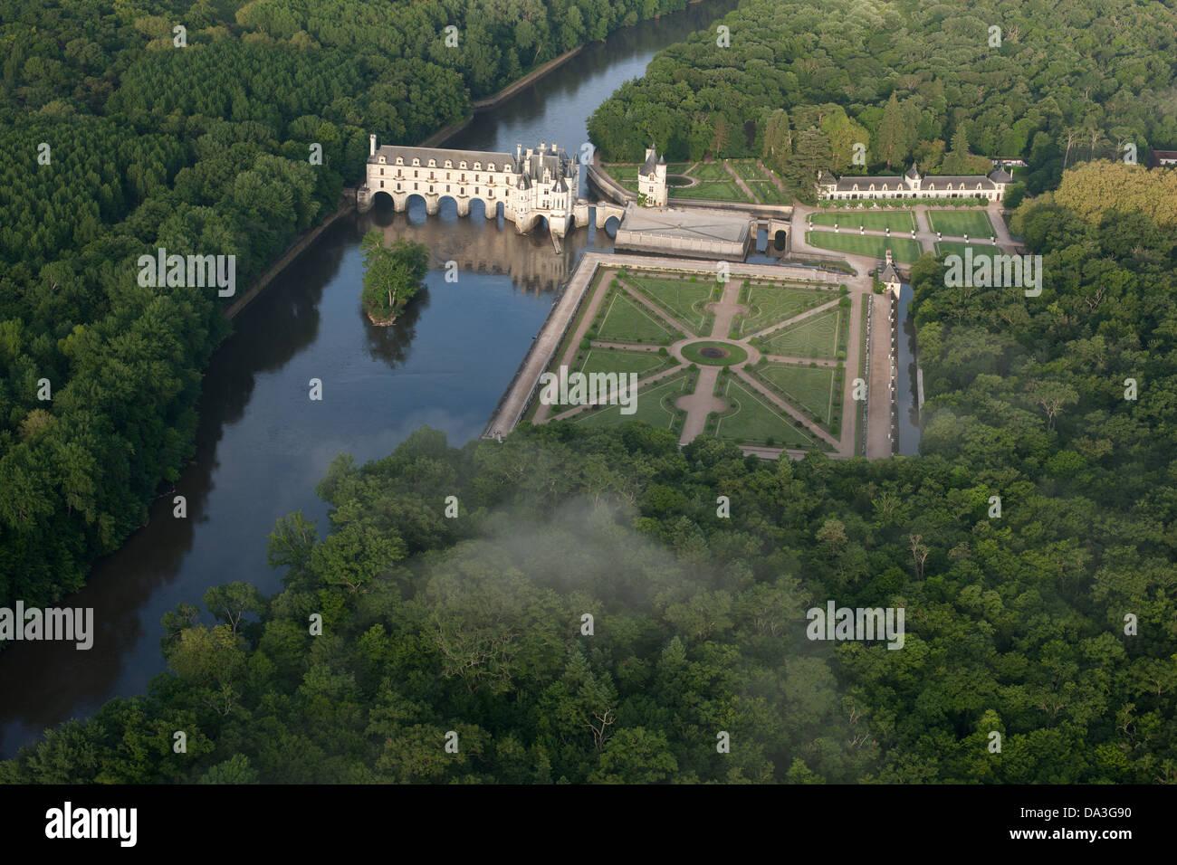 Castillo de Chenonceau sobre el río Cher (vista aérea). Ciudad de Chenonceaux, Indre-et-Loire, en el centro Imagen De Stock
