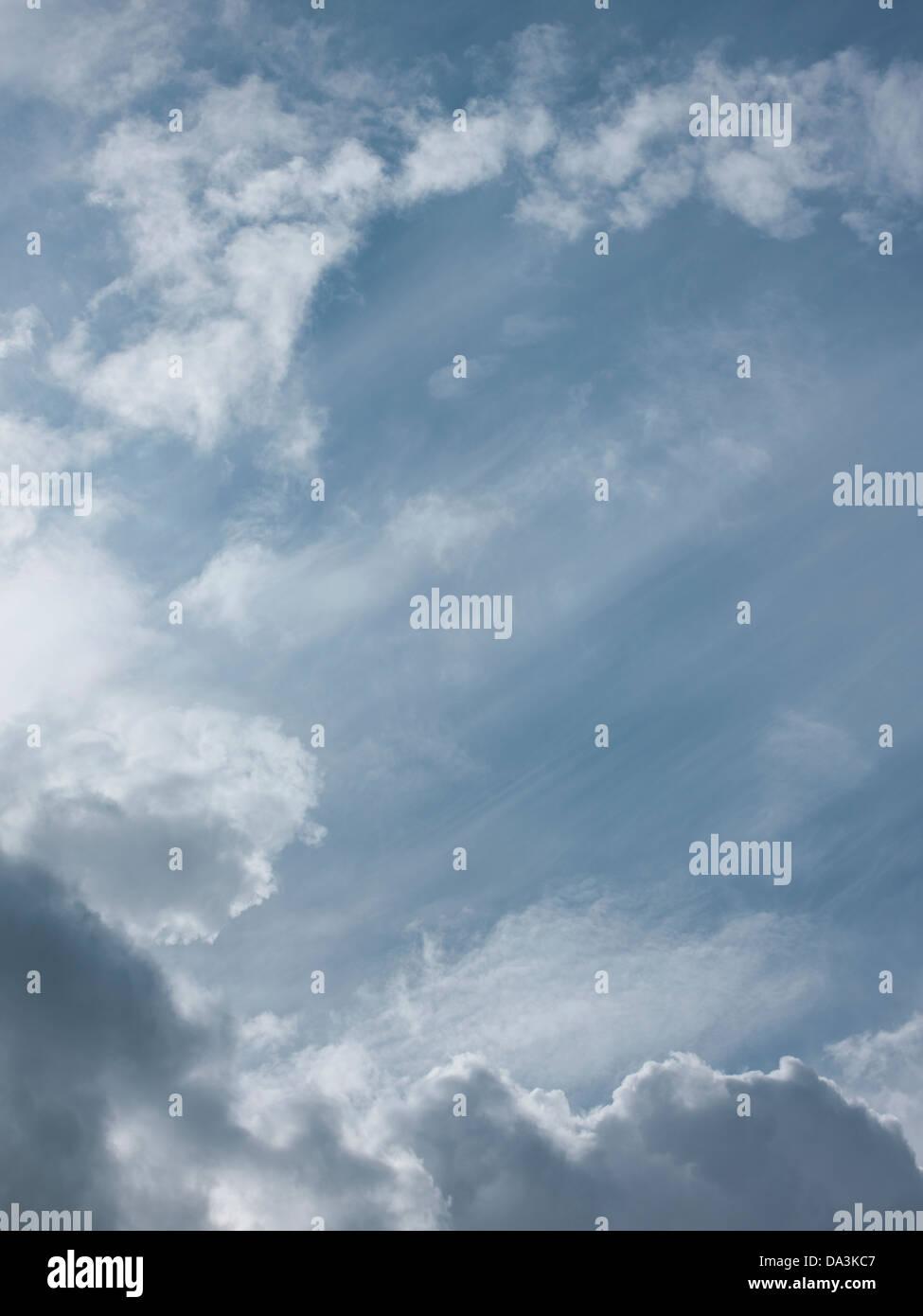 Cielos azules con clounds Foto de stock