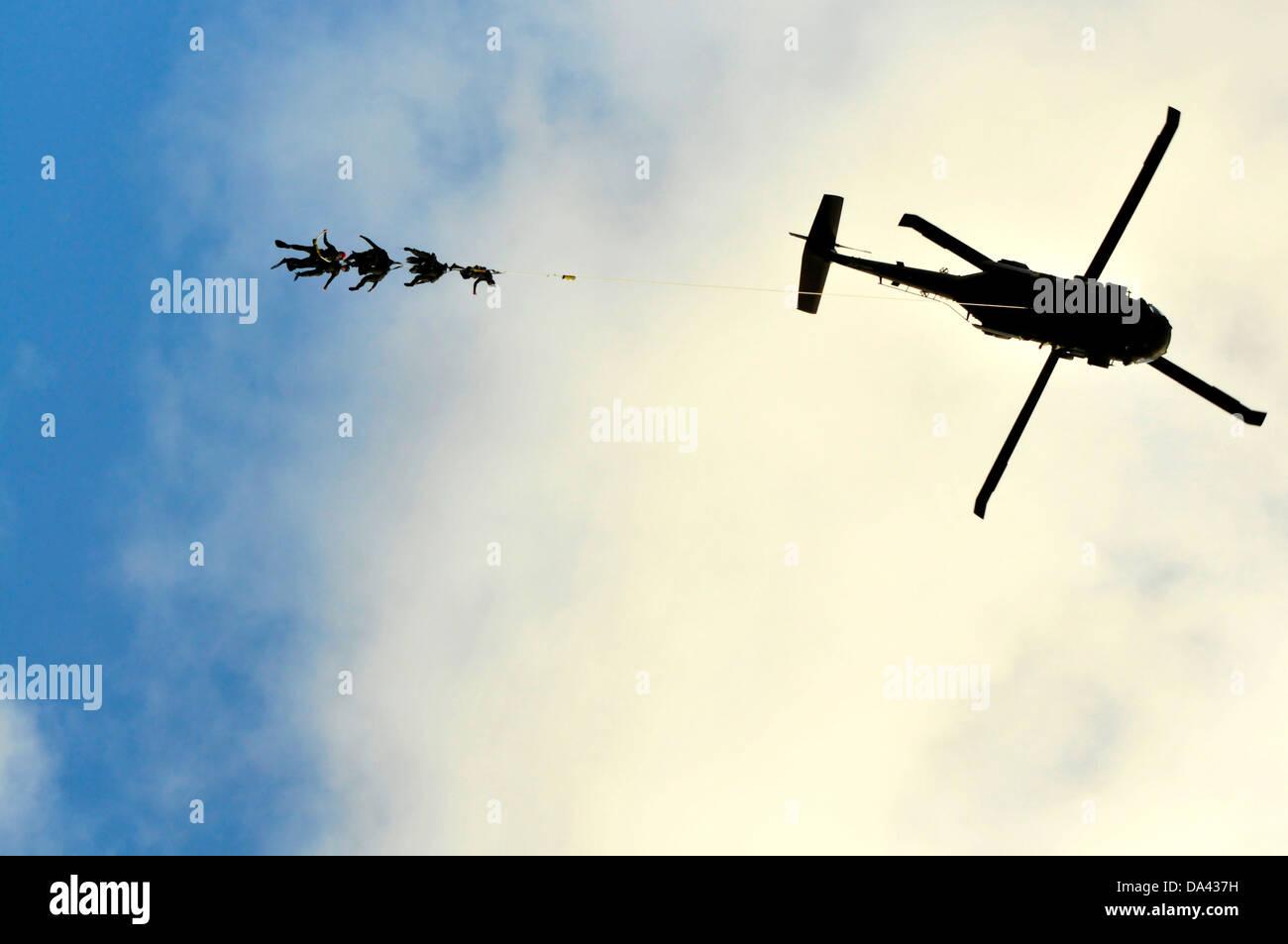 US Navy SEAL team cuelgan los miembros de la patrulla especial de inserción y extracción de cuerda atada Imagen De Stock