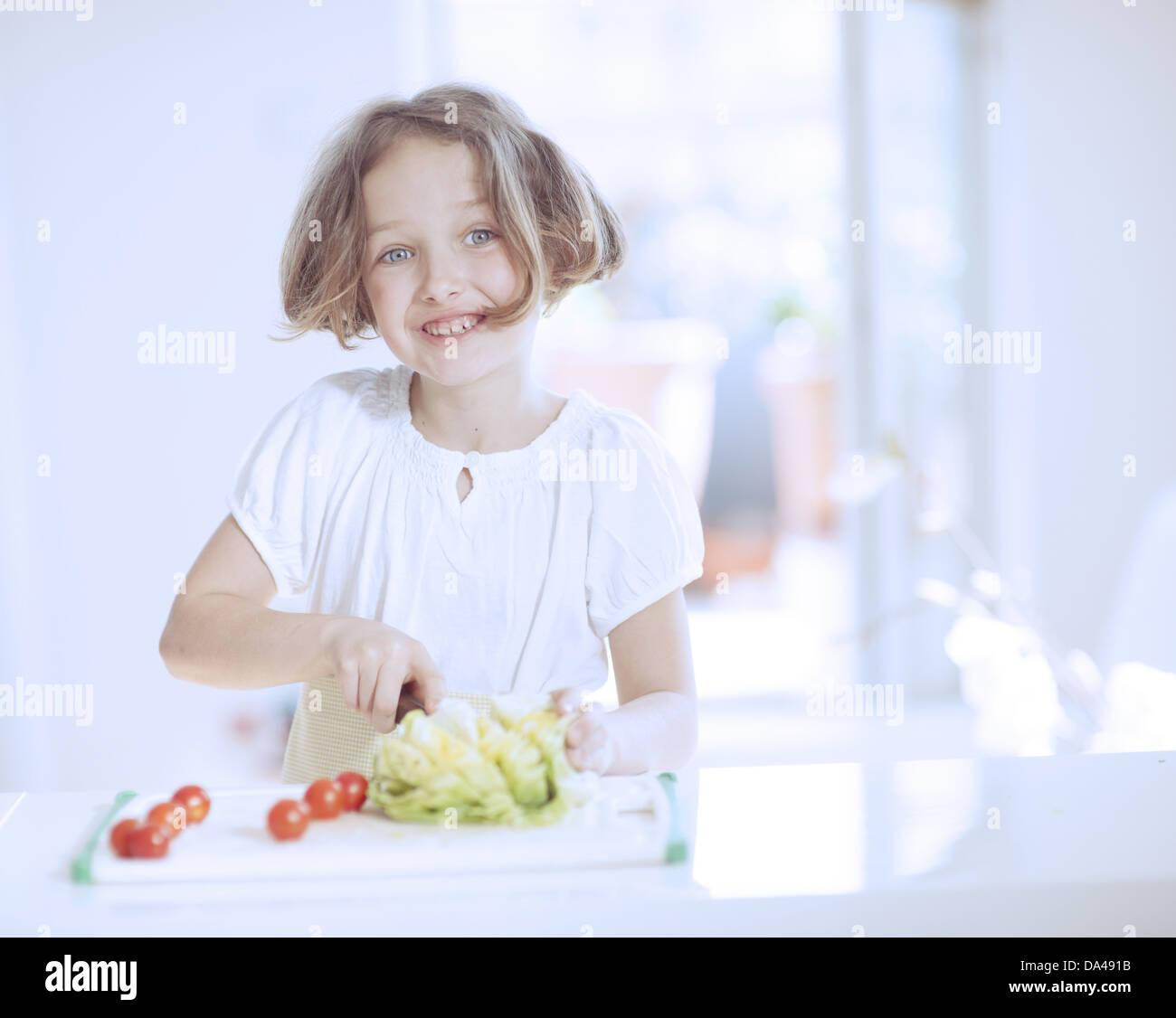 Joven haciendo una ensalada Foto de stock