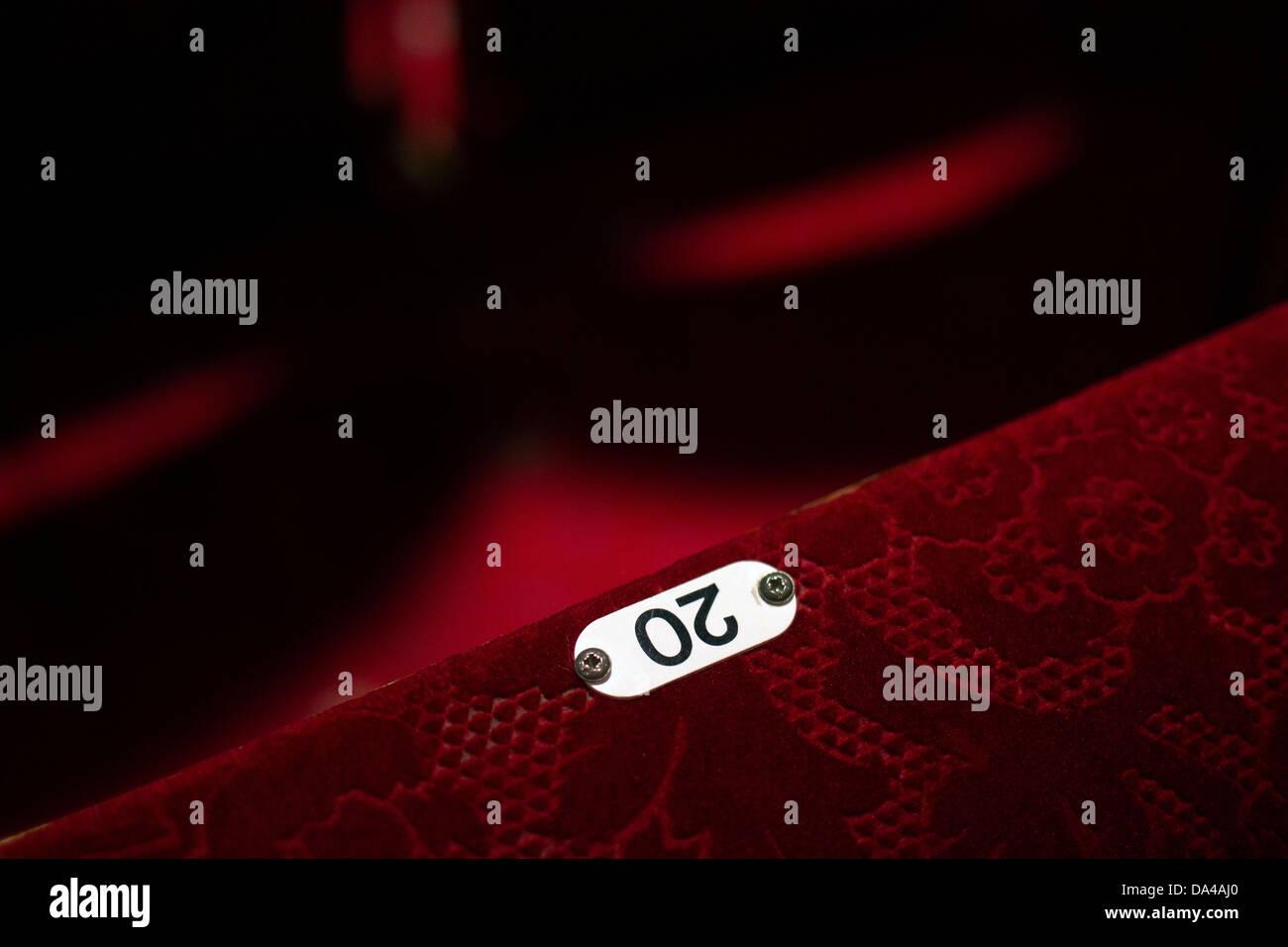 20,Teatro,asiento, asiento del cine, el teatro, la silla, rojo, auditorio, número 20, estilos arquitectónicos, contemporáneo,20, diseño,rojo Foto de stock