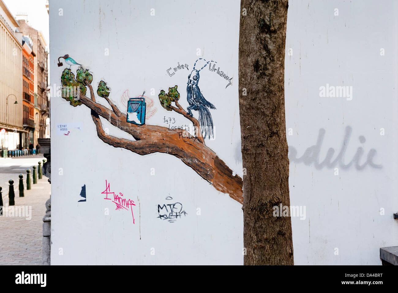 Trompe l'oeil el arte en la calle Bruselas. Pintado de rama de árbol en el edificio junto al árbol. Imagen De Stock